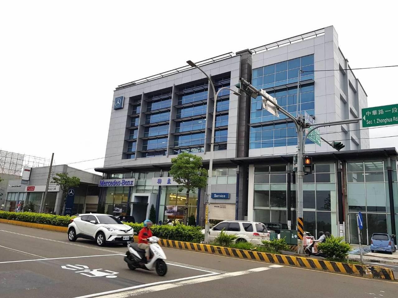 現任國民黨主委呂學樟的5層樓展示中心4年前被檢舉違建,市府開罰多次,至今仍照常營...