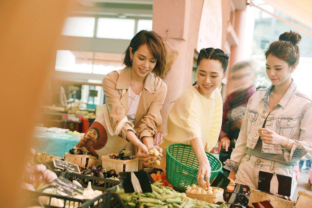 左起夏于喬、吳可熙、宋芸樺撥空到超市採買。圖/岸上提供