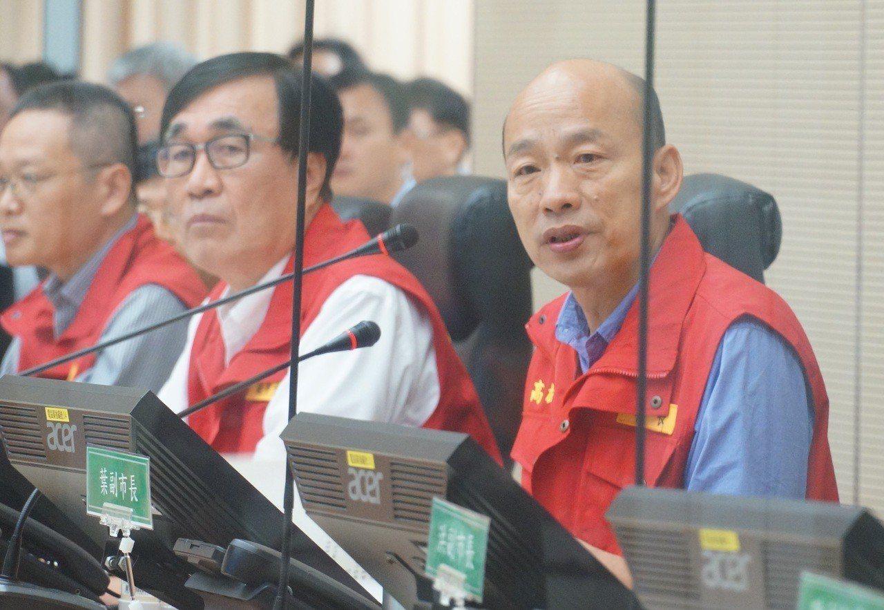 韓國瑜(右)上任以來首次面對防災。記者林伯驊/攝影