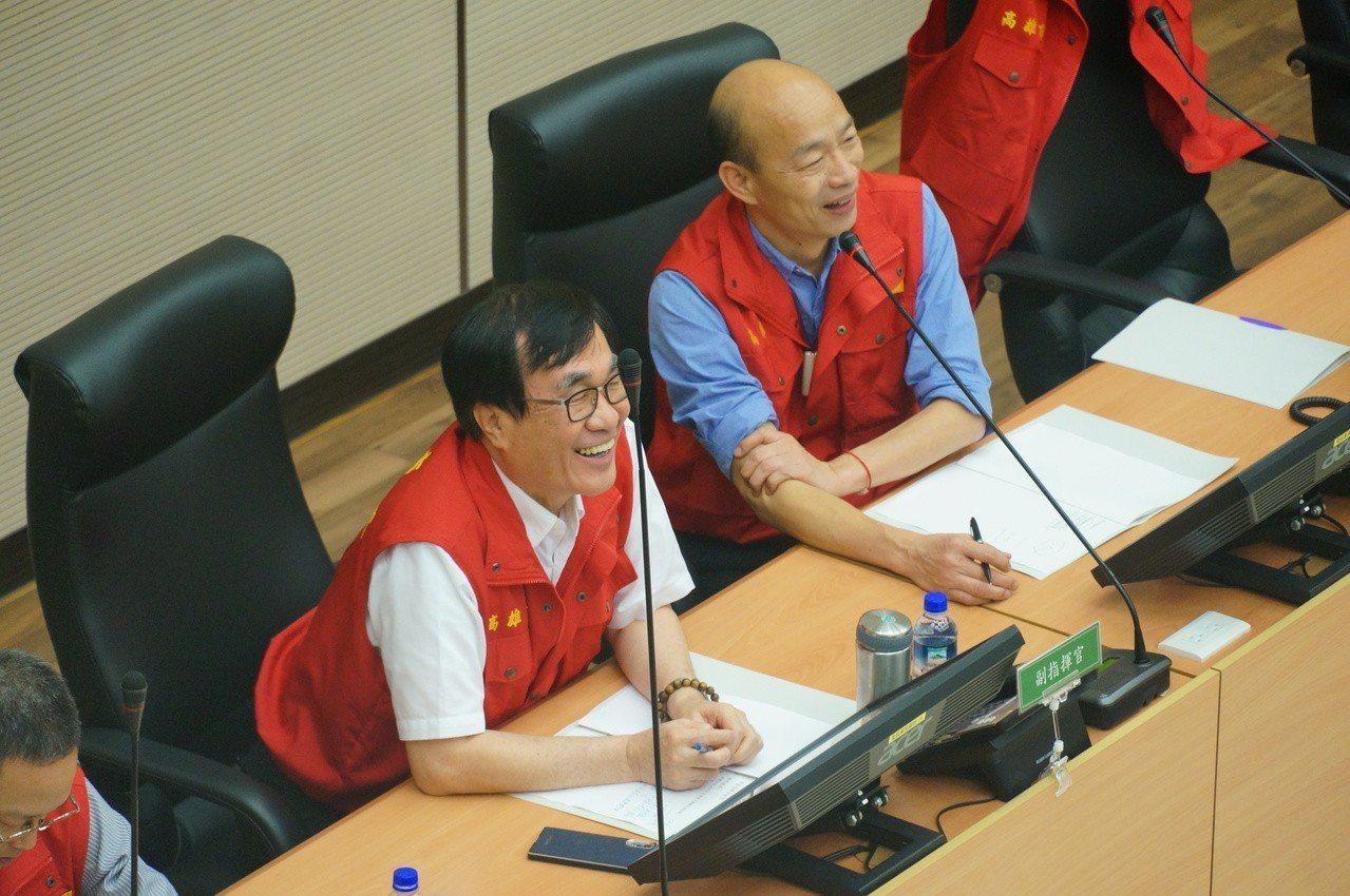 韓國瑜(右)關心山區的公所防災情況。記者林伯驊/攝影