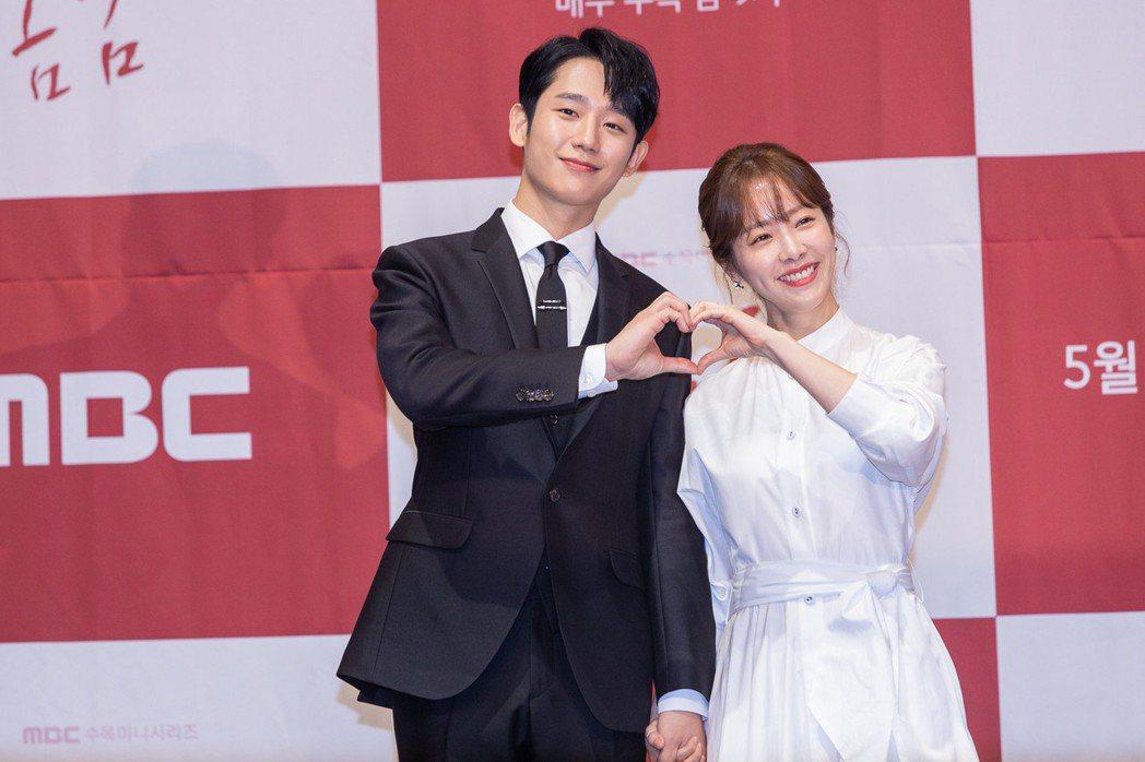 丁海寅和韓志旼偷偷牽手。圖/Netflix 提供