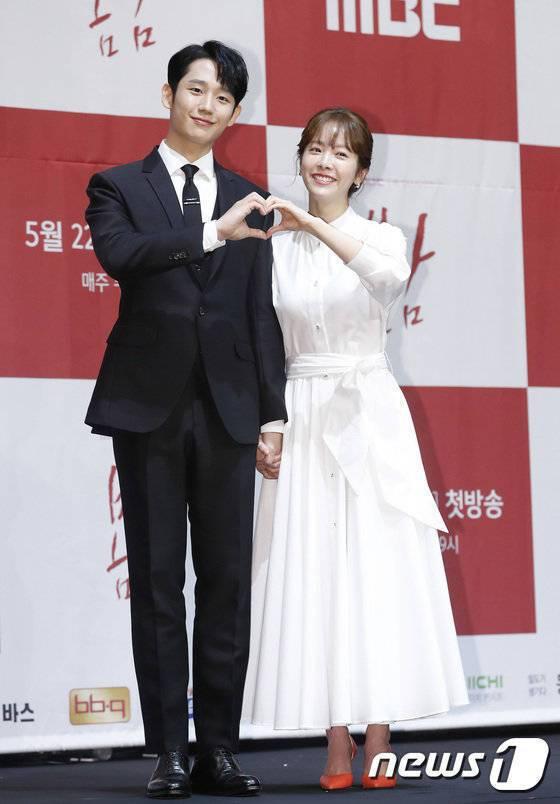 丁海寅和韓志旼偷偷牽手。圖/摘自news1