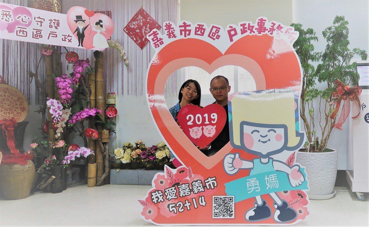 520「我愛你」,嘉義市民政處統計今天有31對新人登記結婚,為平日5.17倍。圖...