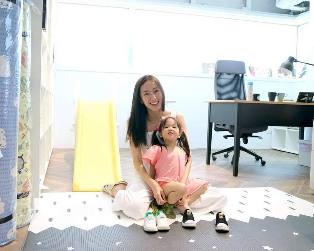 隋棠常帶女兒Lucy一起到公司上班。圖/摘自臉書