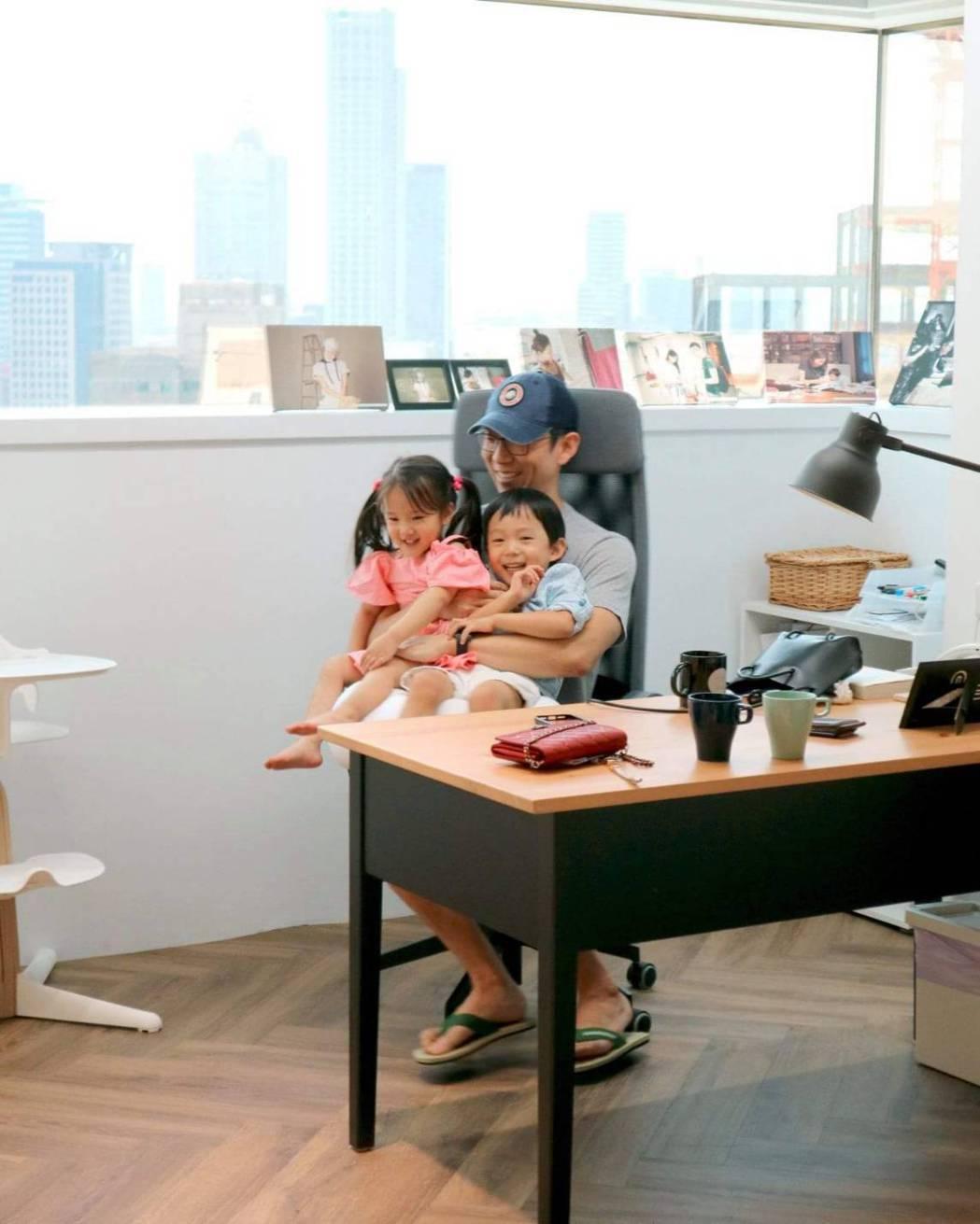 Tony陪玩小孩們,讓隋棠專心工作。圖/摘自臉書