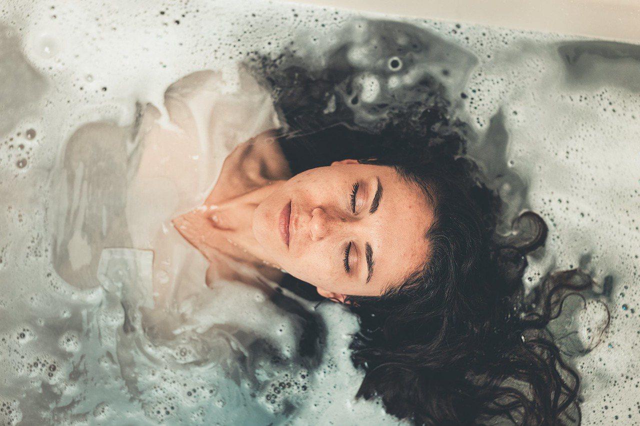 洗澡千萬別「貪熱」,以免肌膚提早老化。圖/摘自 pexels