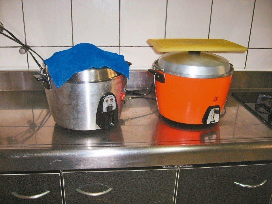 每當用餐完畢,收拾善後,我會把砧板和抹布鋪蓋在使用過的電鍋上,用它的餘熱產生烘乾...