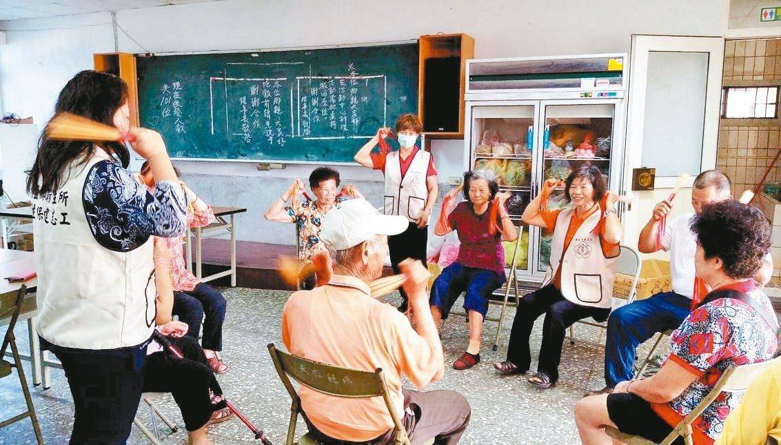 彰化縣埔鹽衛生所志工以筷子製作道具,到社區帶民眾運動。 圖/埔鹽衛生所提供