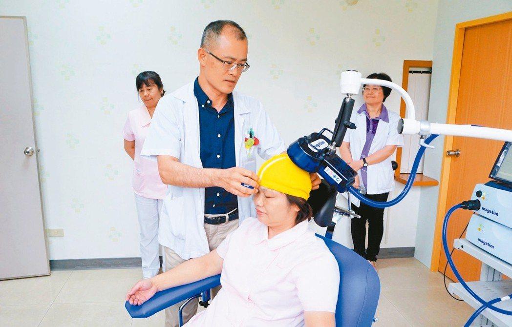 重複經顱磁刺激治療。 圖/草屯療養院提供