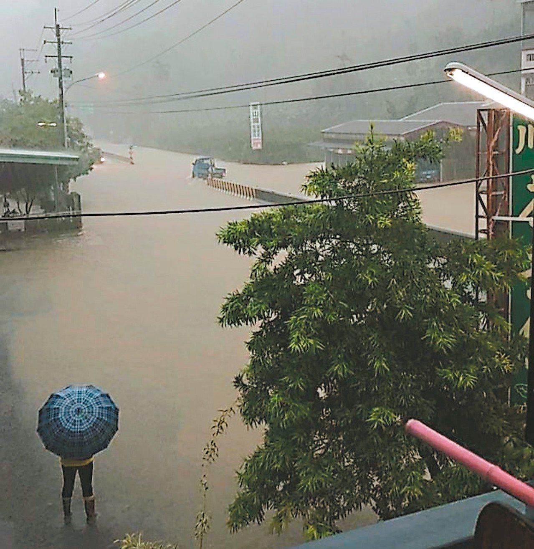 南投縣國姓鄉昨午時雨量高達一一五毫米,淹水災情嚴重。 圖/邱慶禧提供