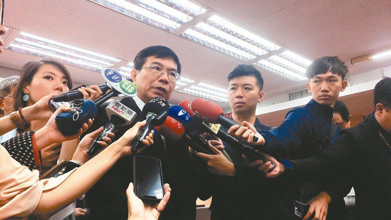 中華郵政代理董事長王國材(左二)昨說,擬開放郵件處理中心五、六樓改做倉儲,讓更多...