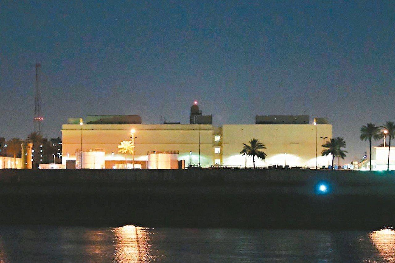 伊拉克首都巴格達十九日遭襲擊,一枚火箭落在距美國大使館約一公里處。圖為戒備森嚴的...