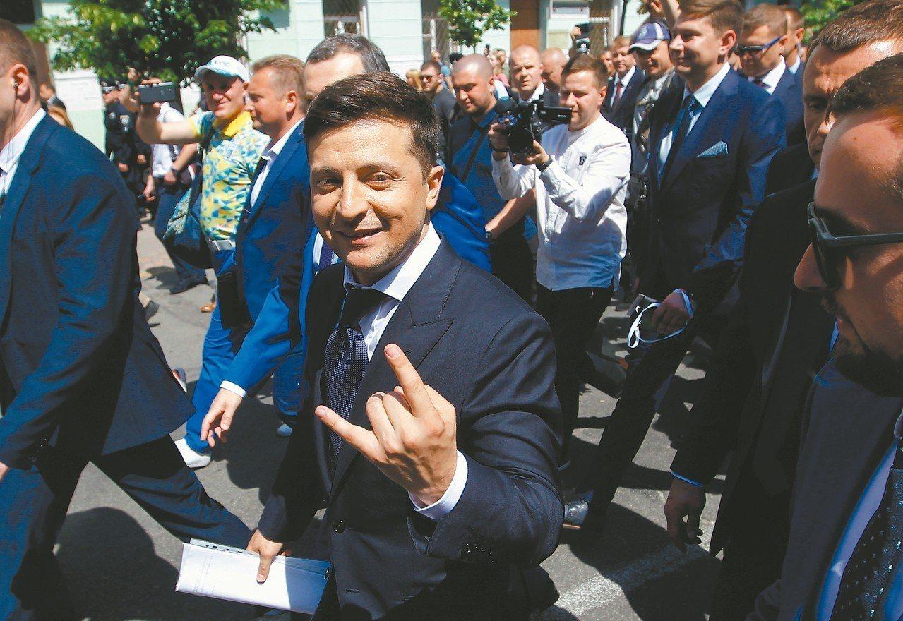 烏克蘭新總統澤倫斯基(中)。 歐新社