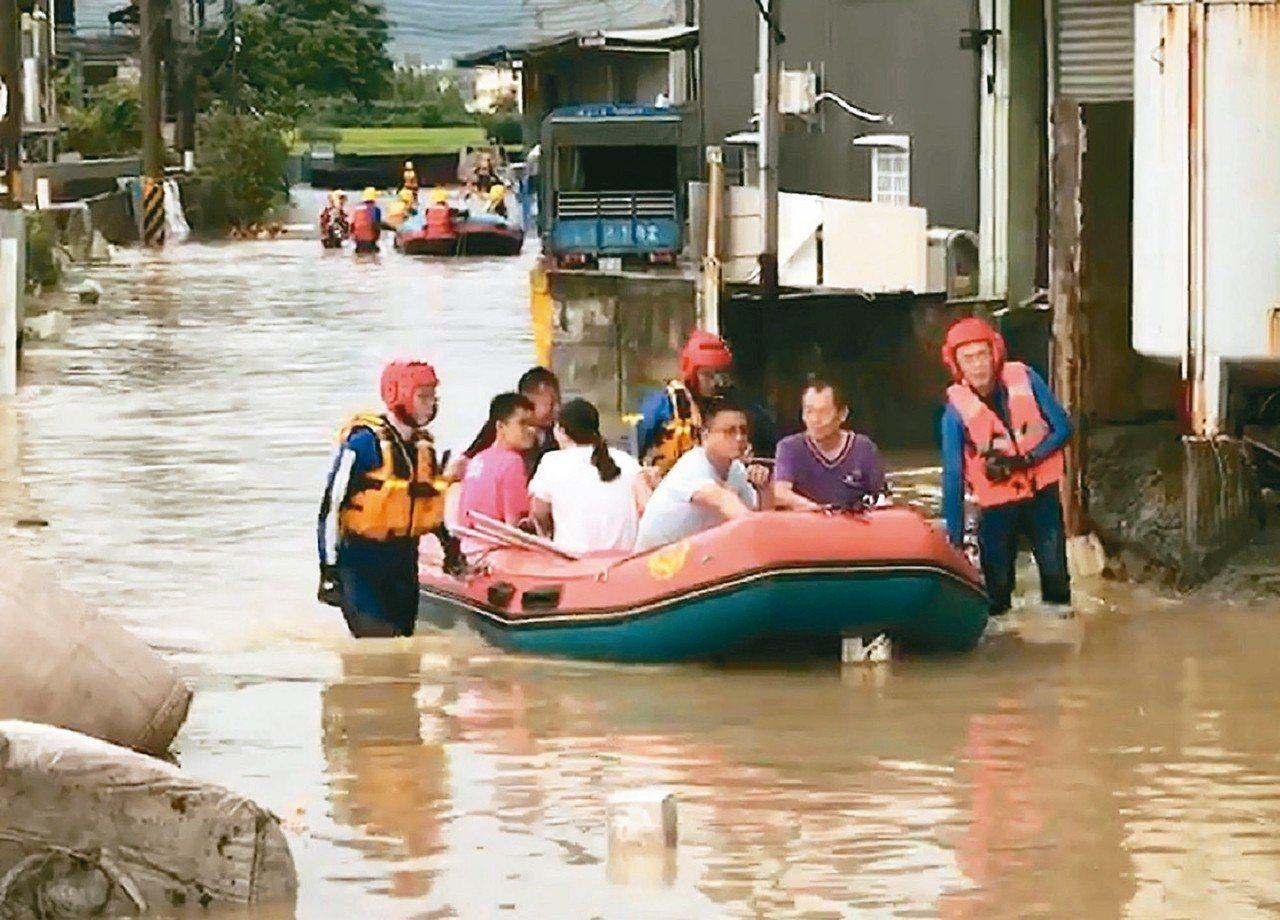 梅雨鋒面夾帶雨勢,由北而南炸全台,台中多處民宅泡在水裡,其中一處工廠水深及胸,1...