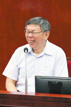台北市長柯文哲被問到明年五二○會不會邀大家去觀禮時,笑得很開心。 記者蘇健忠/攝...