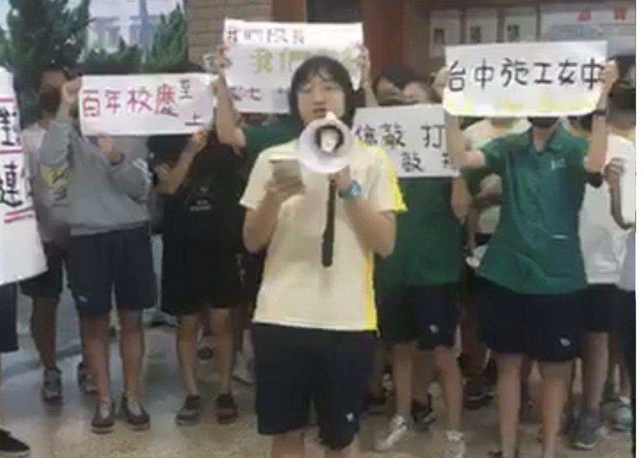 台中女中學生昨天聚集穿堂,舉布條重申反對校長連任。 圖/擷自臉書