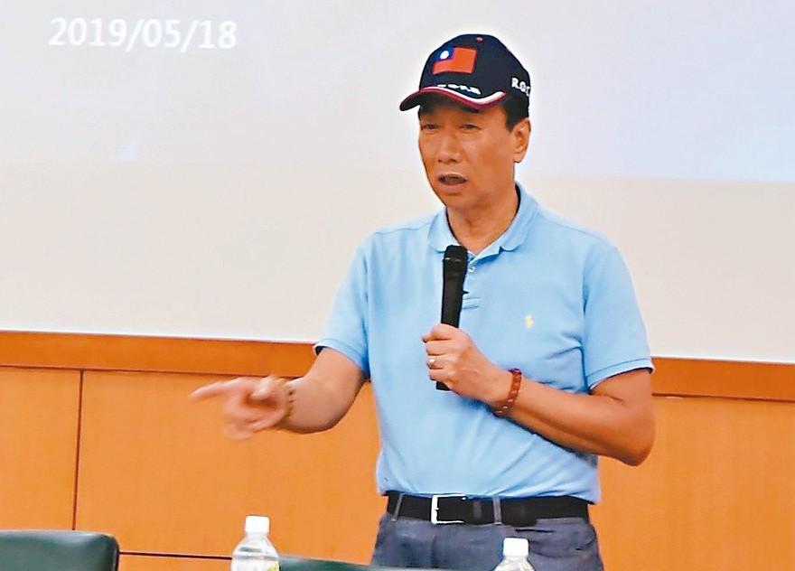鴻海董事長郭台銘昨到雲林科技大學與大學生座談表示,他今年四月訪日時就決定選總統,...