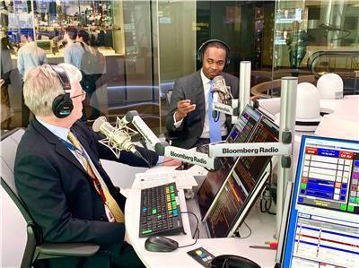 圖為百慕達總理David Burt在紐約區塊鏈週期間接受彭博電台Paul Swe...