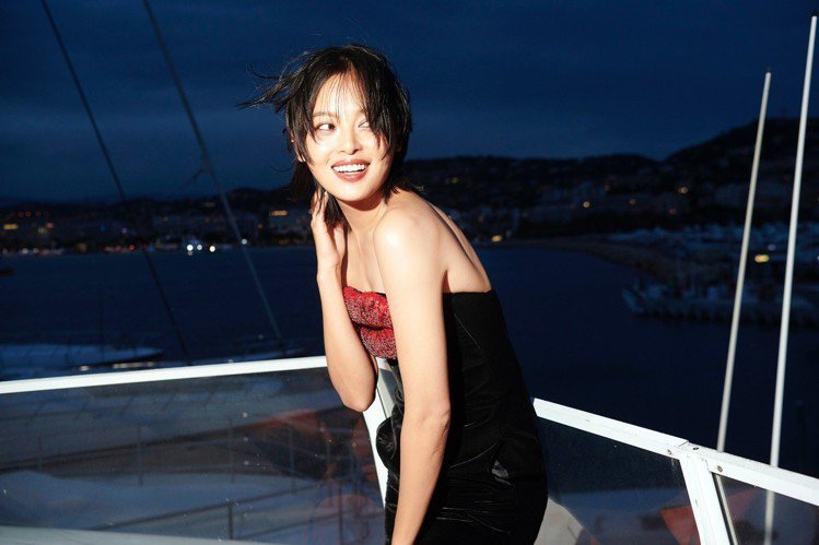 「嘉貴妃」辛芷蕾穿Saint Laurent洋裝配戴Boucheron頂級珠寶作...