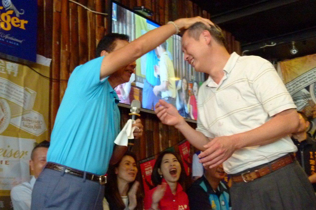 郭台銘在座談會上和台下互動頻繁,支持者要自拍來者不拒,一旁的議員魯明哲充當攝影師...