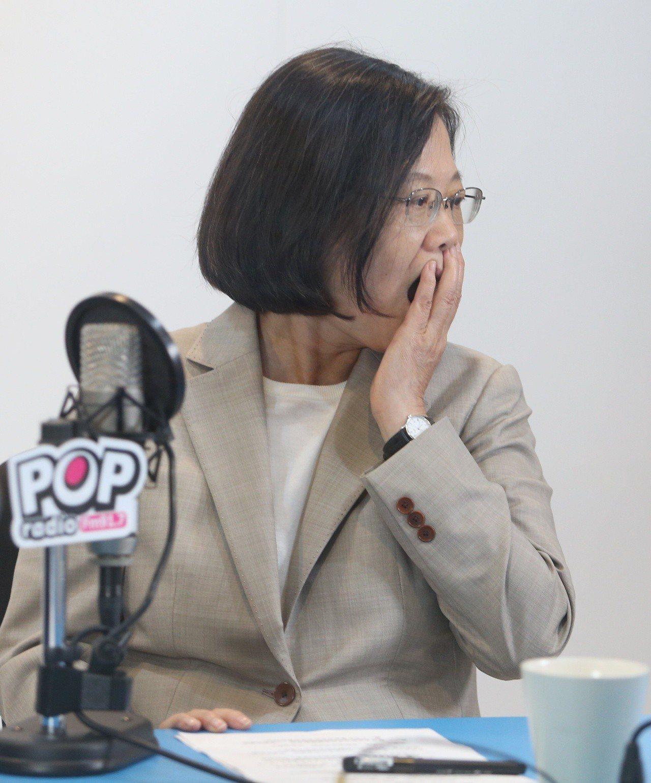 蔡英文總統下午上廣播節目,望著節目提示板,面露驚訝表情。 記者侯永全/攝影