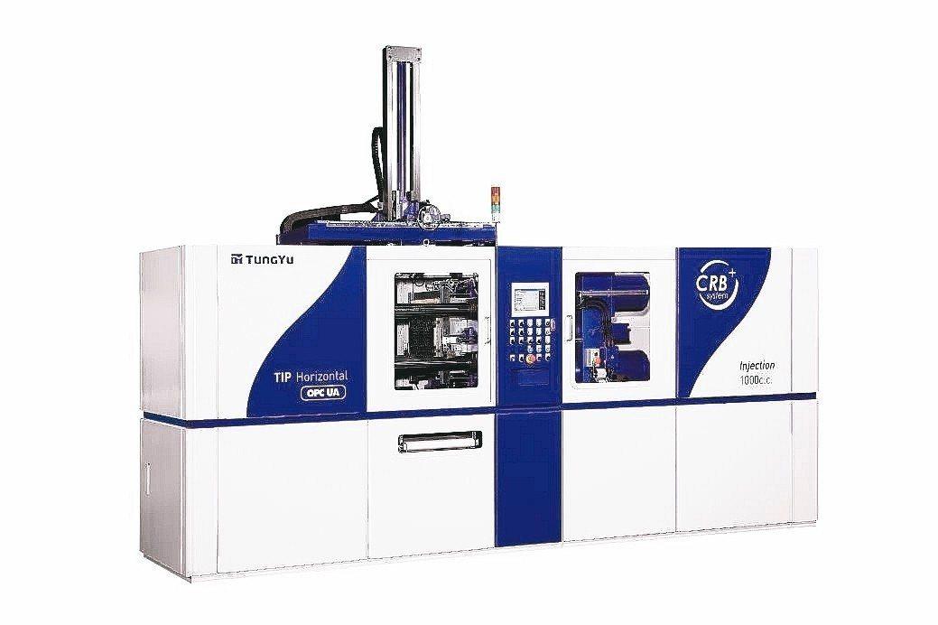 東毓油壓展出泛用型冷澆道臥式橡膠射出機,完美呈現智慧生產概念。 東毓油壓/提供