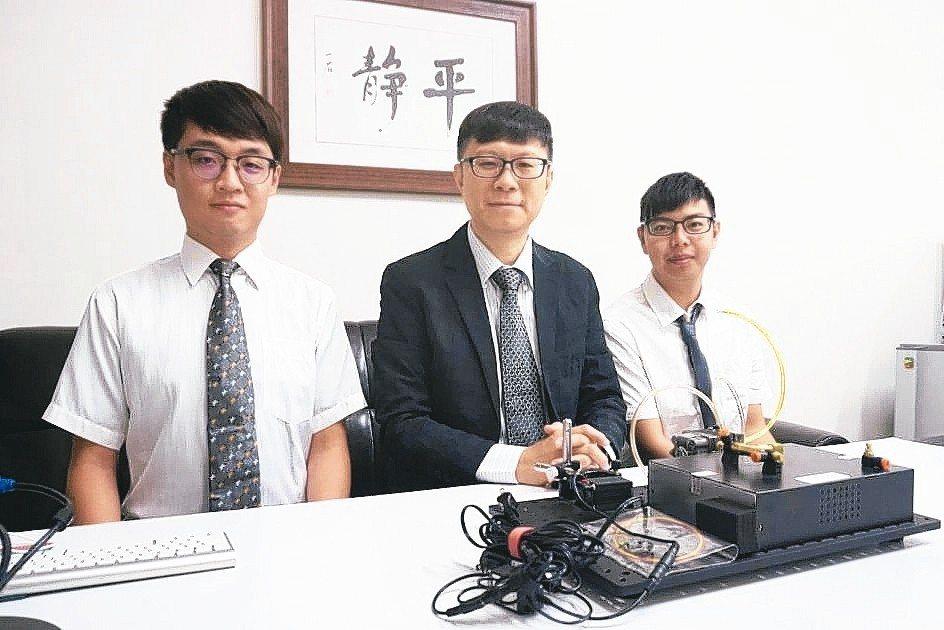 南臺科大教授邱裕中(左二)與團隊成員開發出光學式氣體感測器,可用於偵測PM2.5...