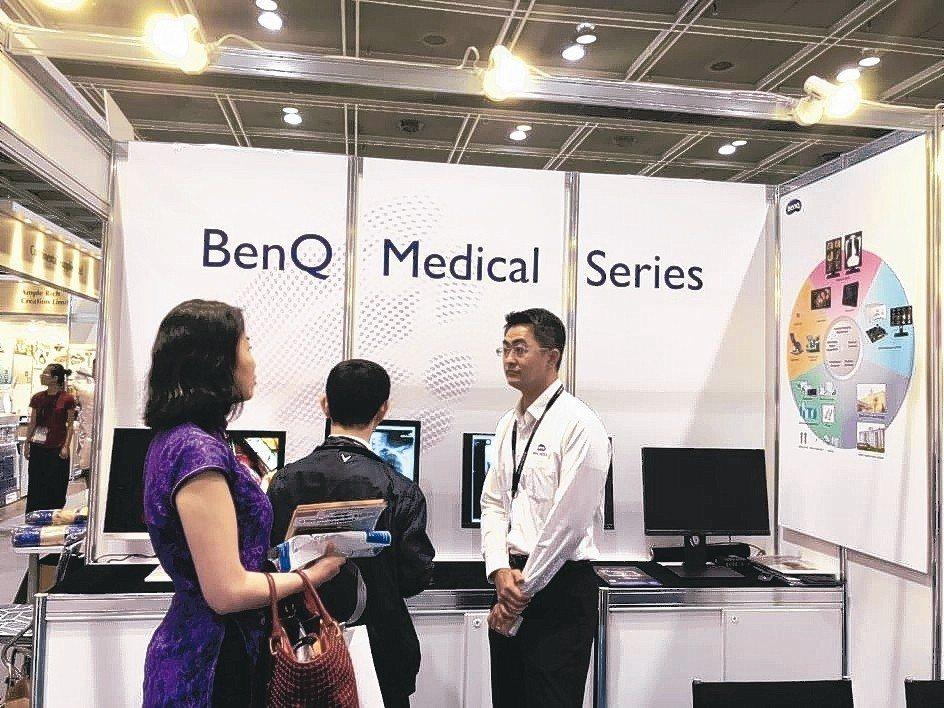 BENQ現場的醫療顯示器,吸引許多買家駐足。 周祖誠/攝影