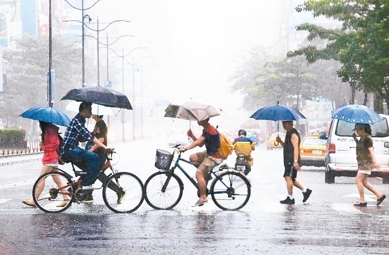 下周二梅雨季第四道鋒面影響台灣,可能再出現豪大雨。 圖/聯合報系資料照片