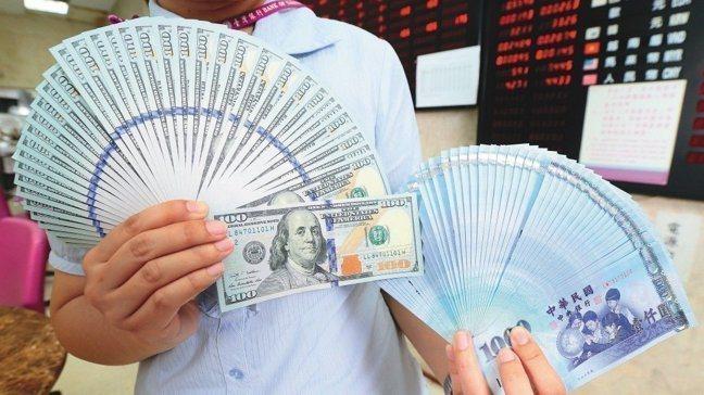 儘管台股翻紅,外資卻還在賣股撤出,新台幣匯率連四日貶值,終場貶值7.5分,收31...