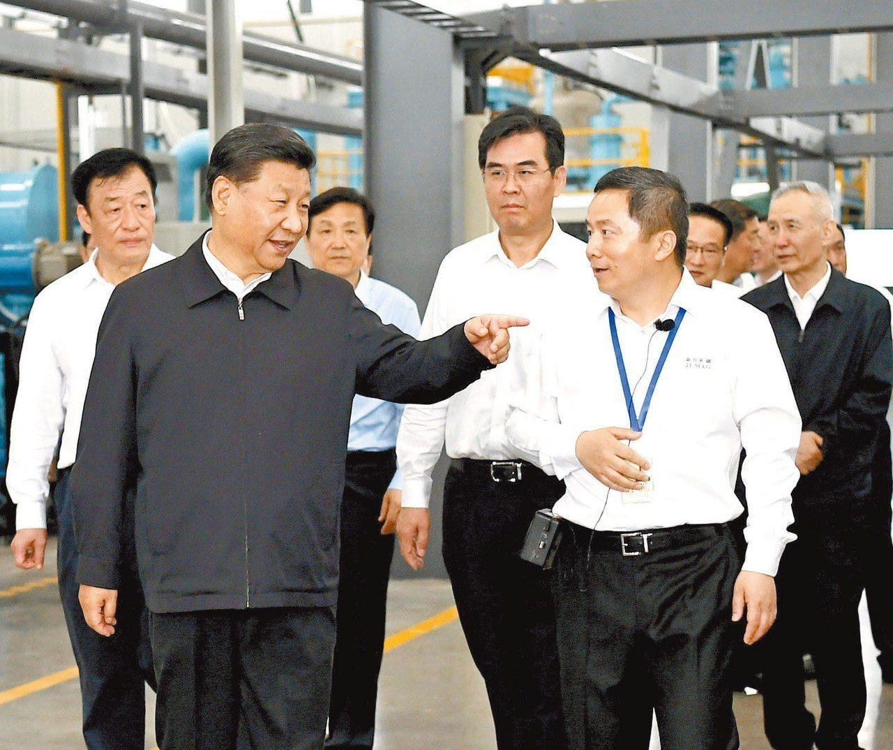 中國大陸國家主席習近平(左前)20日帶著副總理劉鶴(後排右)赴江西巡查。 新華社