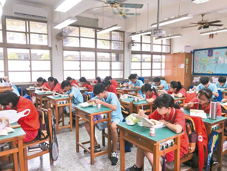 北斗國中上個月完成三年級教室冷氣裝設。 圖/北斗國中提供