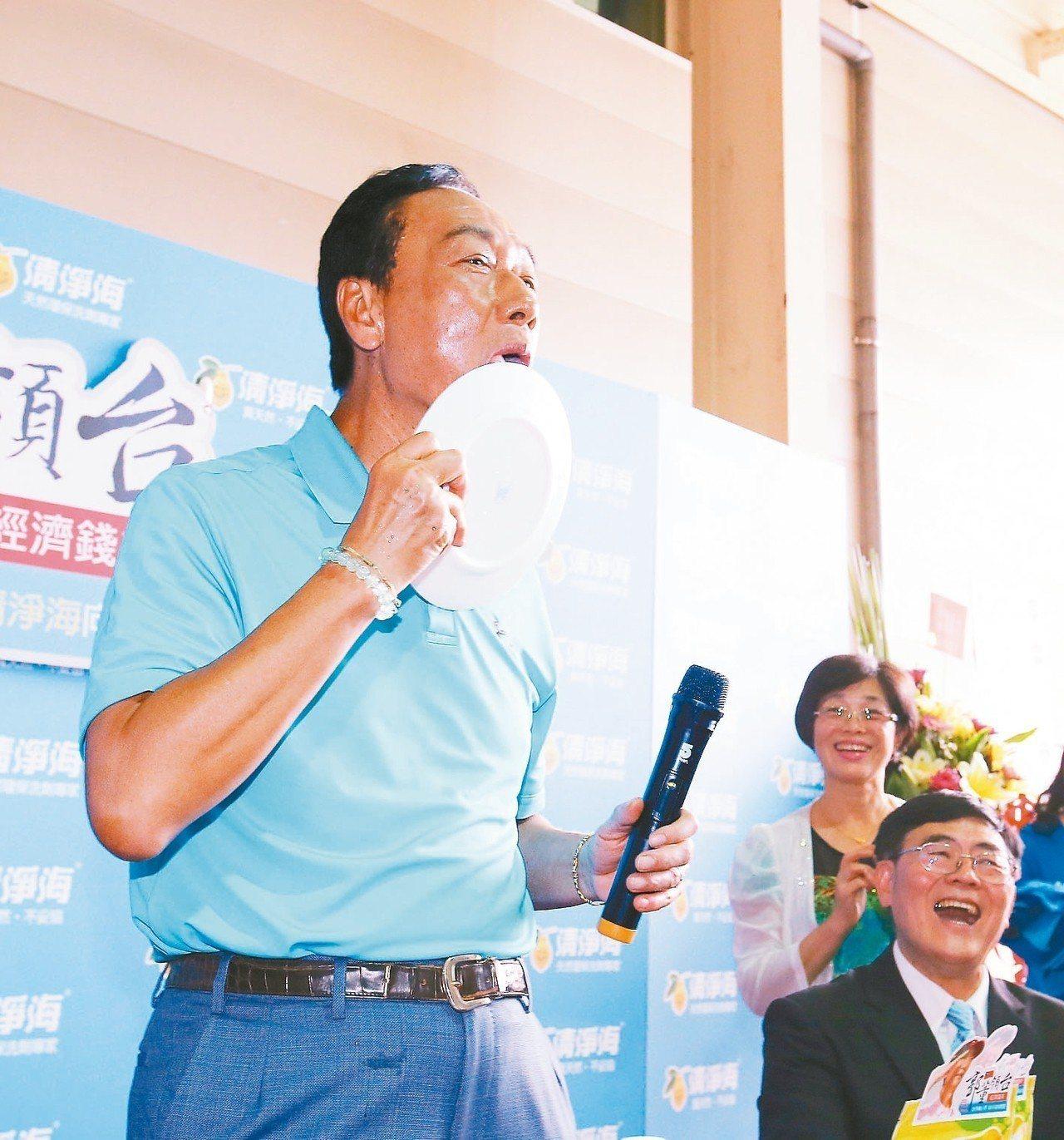 鴻海董事長郭台銘上午到桃園市參訪清淨海生技公司,試用清淨海的環保產品洗盤子,大讚...