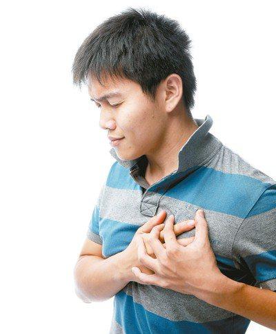 醫師表示,肺阻塞會有慢性咳嗽、咳痰與呼吸困難等症狀。 圖/聯合報系資料照片