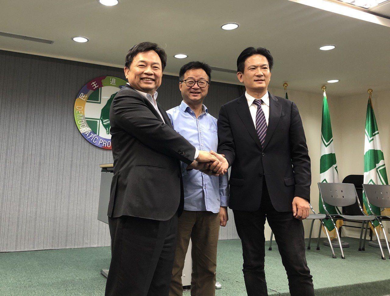 民進黨秘書長羅文嘉(中)與蔡陣營代表林錫耀(左)及賴陣營代表林俊憲昨協調會後共同...