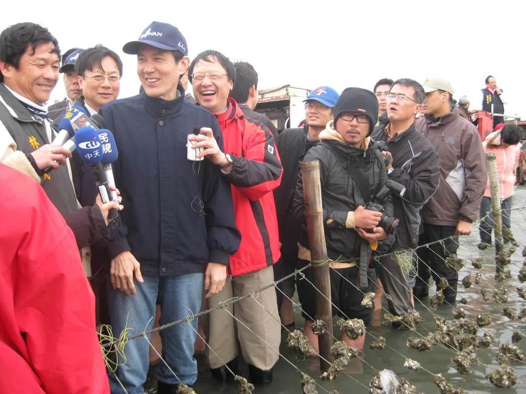 2011年馬英九到彰化縣看大城濕地與蚵田。圖/聯合報系資料照片