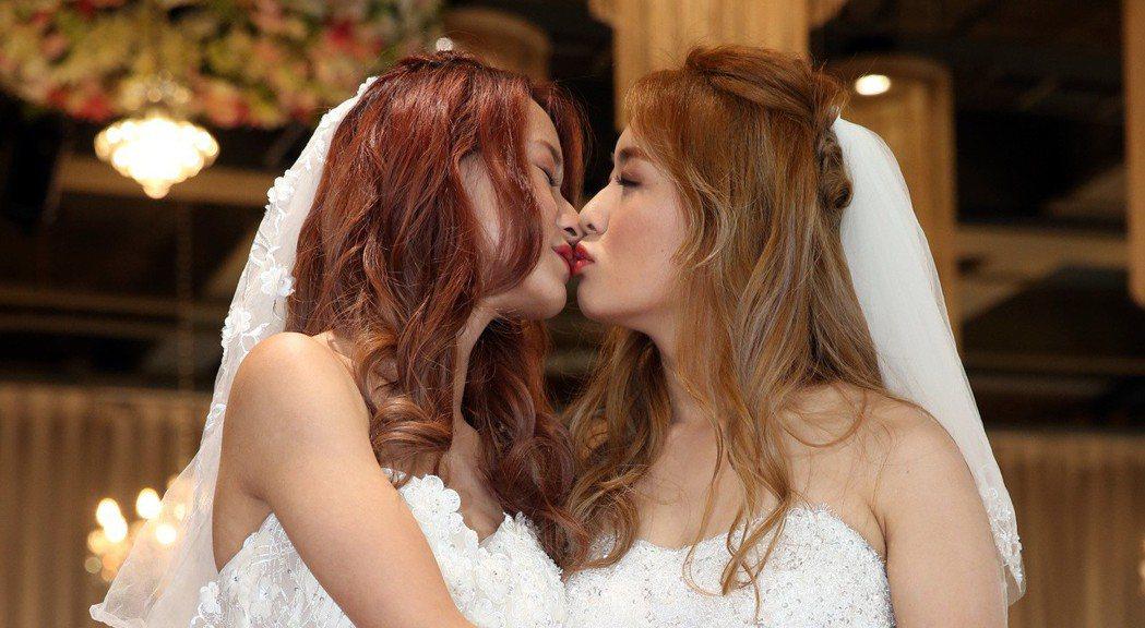 立法院三讀通過同婚專法,女同性戀伴侶歡歡(左起)與安柏互訂終生。記者曾吉松/攝影