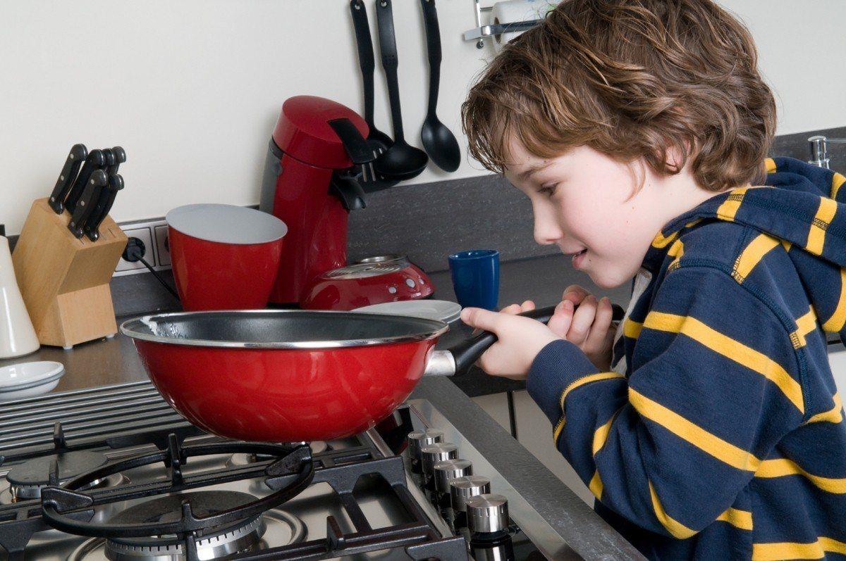一名小六學童非常喜愛做菜,但學校課業成績屢墊底,讓父母憂心不已。示意圖/ingi...