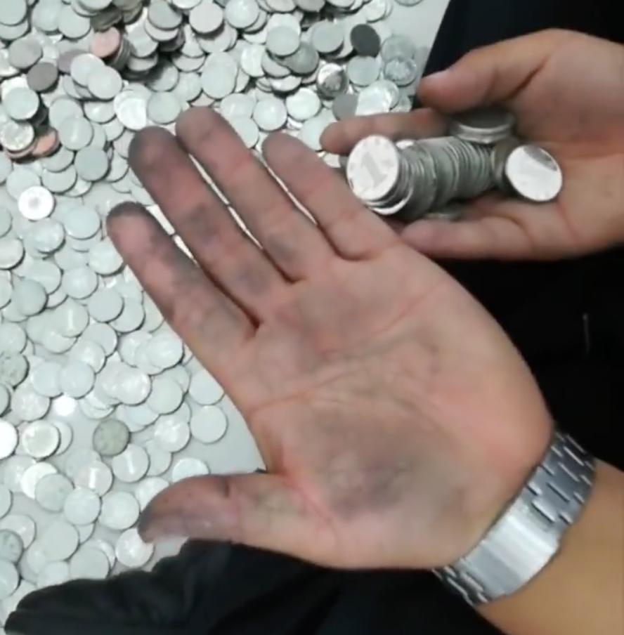 車行員工數硬幣數到手發黑。圖擷自梨視頻