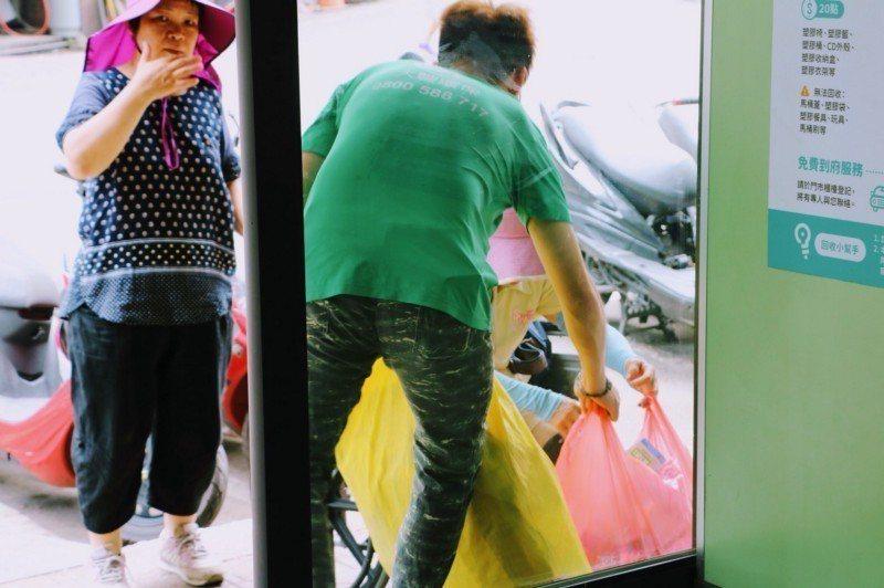 垃圾進到回收廠前的準備工作相當重要,分類是一大要點。  攝影/李映岑