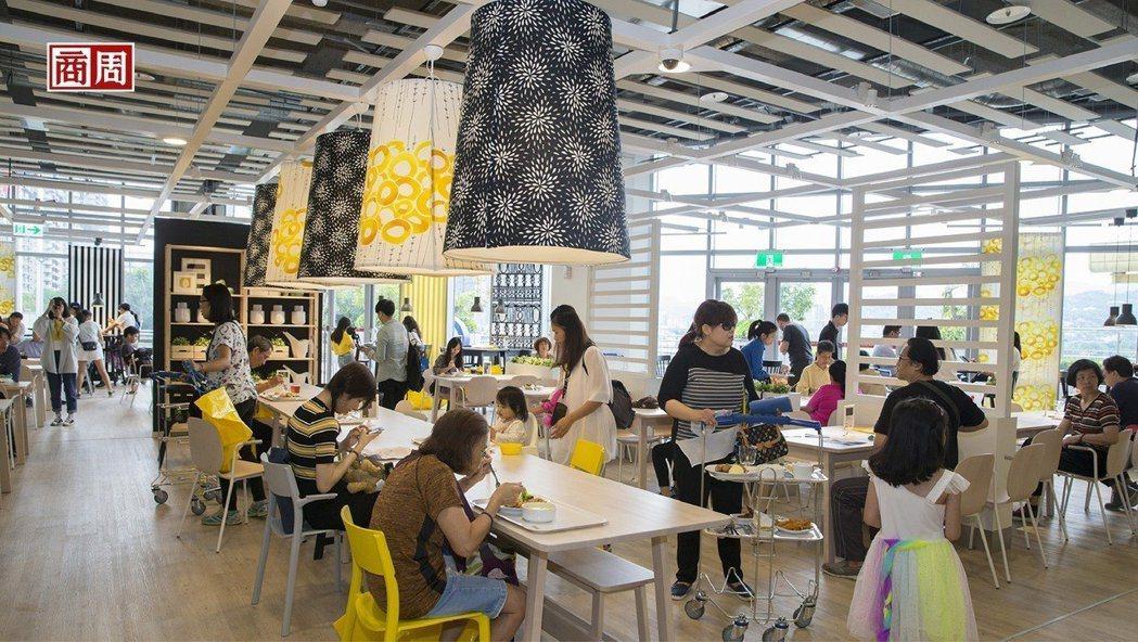 IKEA在開出北台灣第三家店,餐廳內還可眺望碧潭景色,儼然就是個美食商場。 圖/...