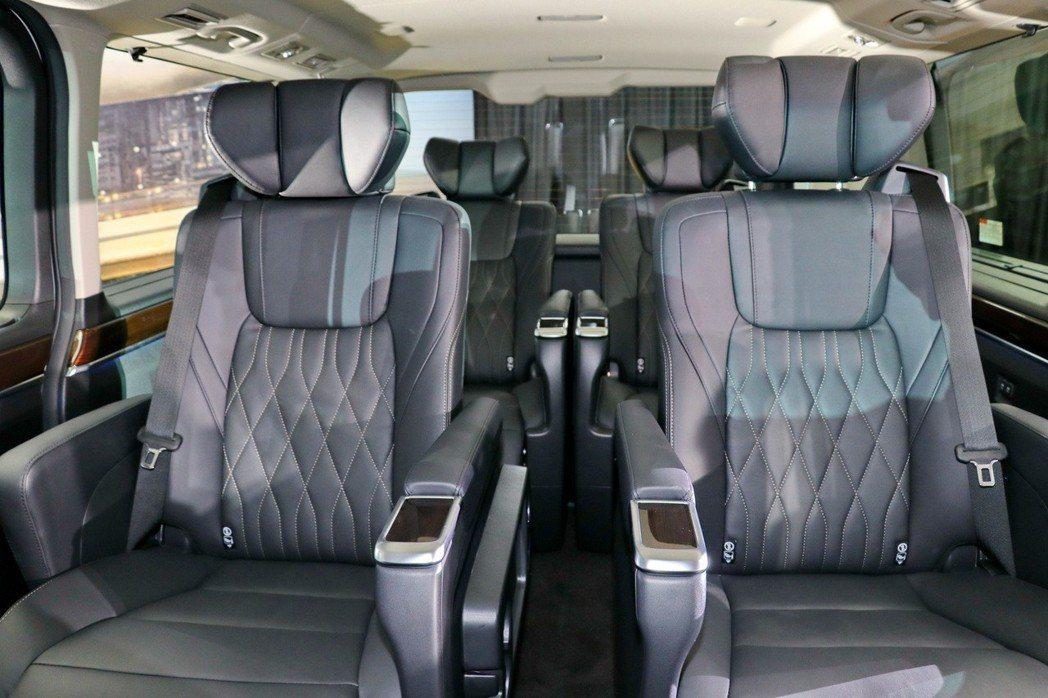Granvia全車系標配後座第1、2排Captain豪華皮質座椅,獨立的座椅與扶...