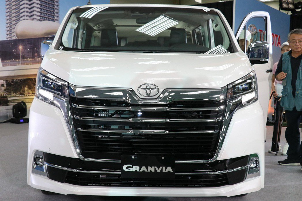TOYOTA Granvia以沉穩水平線元素貫穿全車設計,大型水箱護罩及下進氣壩...