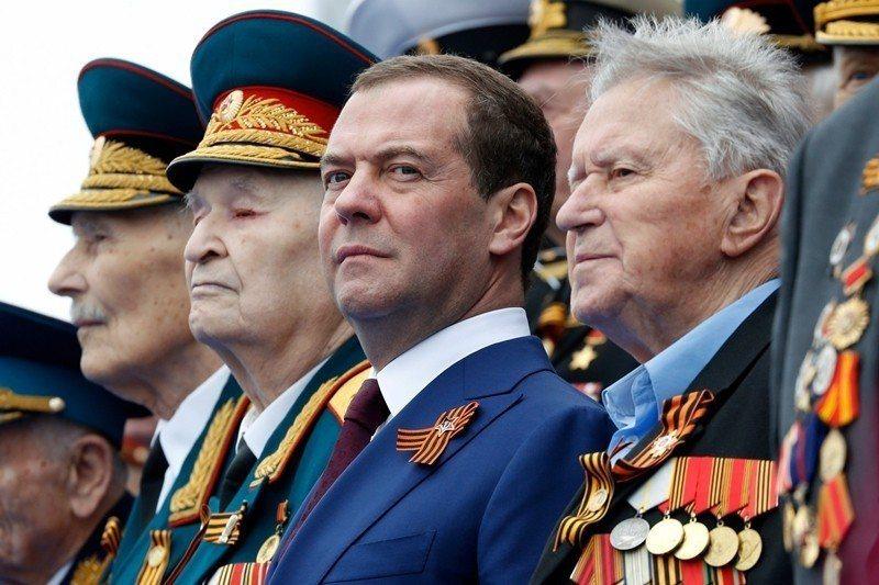 針對澤連斯基的當選,俄國總理梅德維傑夫(右二)僅在個人臉書上表示對其「並不存在任...