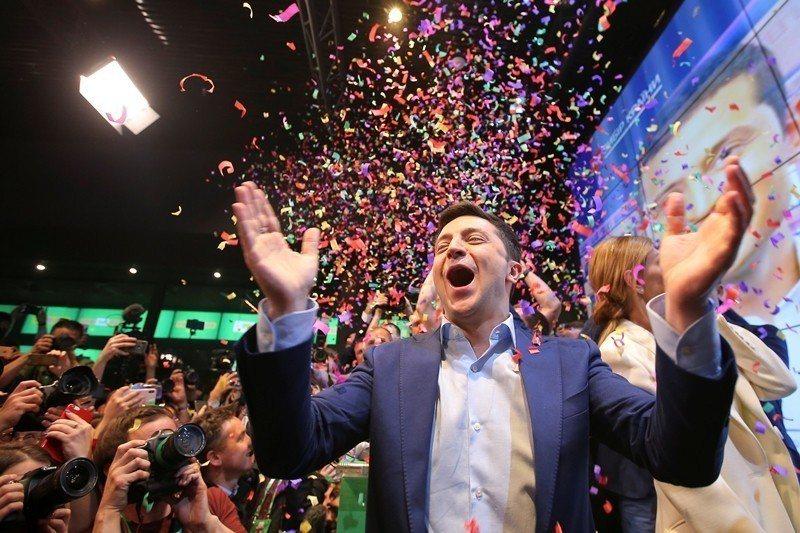 喜劇演員澤連斯基以七成以上的得票率,擊敗時任總統波羅申科,贏得第七屆烏克蘭總統大...