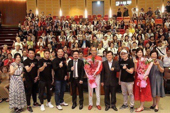 東億幣執行長王秀銘(右五)和與會嘉賓合影。  ETT東億幣/提供