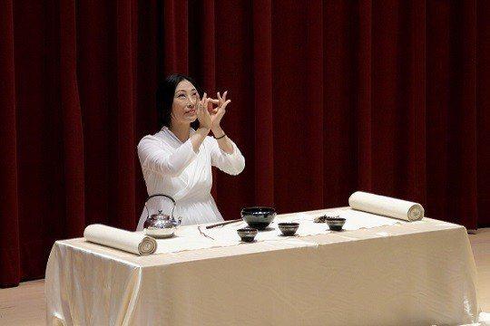 臺灣旅遊協會兩岸茶文化分會執行長陳海倫為大家演繹了精彩的禪茶儀式,並誠敬奉上三杯...