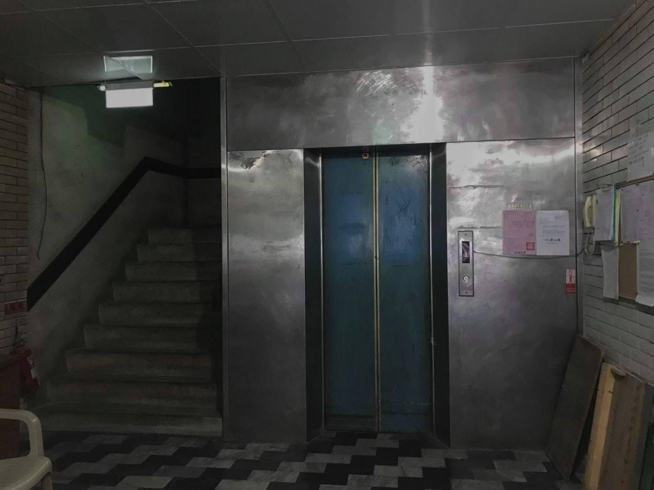 女到達民宿大廈後,發現氣氛超詭異,門口完全沒有招牌指示,公共空間亦沒有閉路電視。...