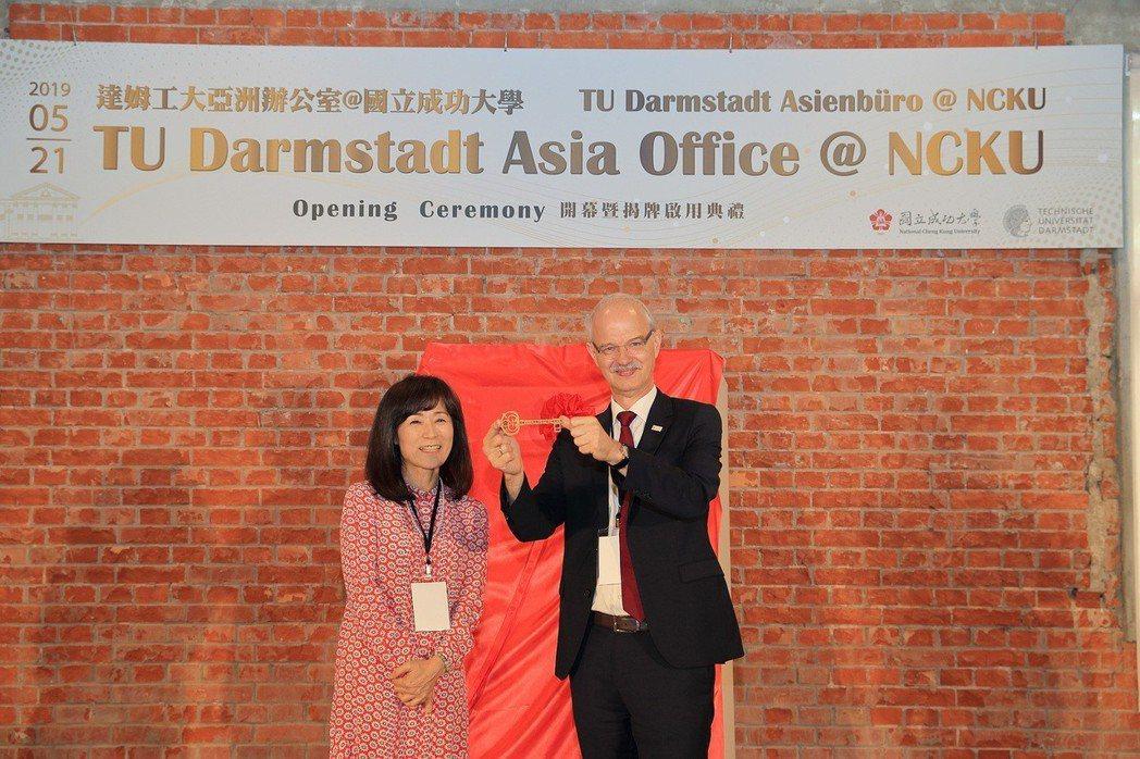 成功大學特地打造了一把20公分長的金鑰匙,由校長蘇慧貞(左)贈予達姆工大校長Ha...