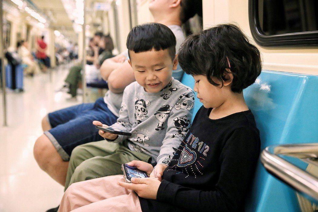 幼童滑手機已成世代現象,國內甚至有年僅五歲孩子手機成癮。 記者林伯東/攝影
